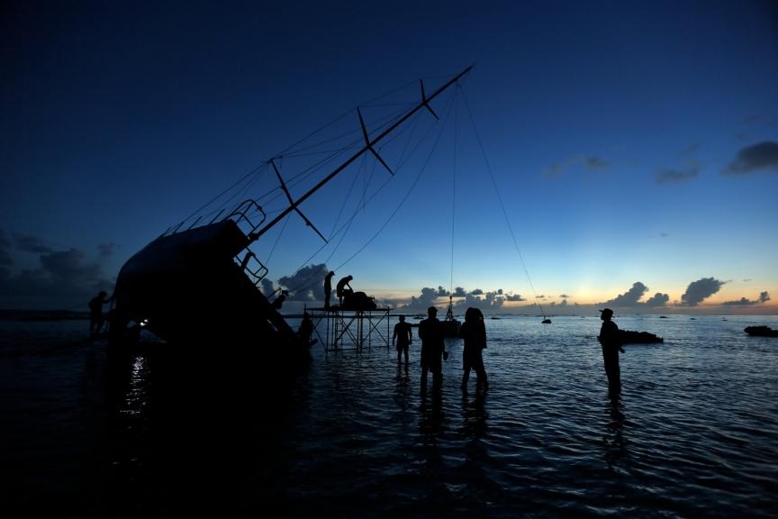 яхта разбилась о риф