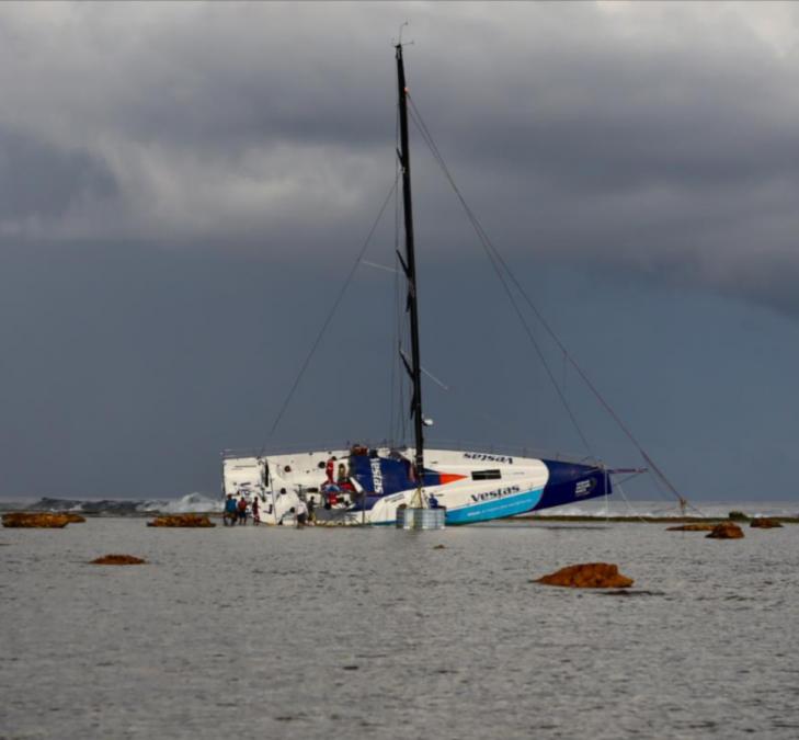 парусная яхта потерпела крушение
