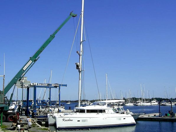подъёме и спуск на яхте мачты.