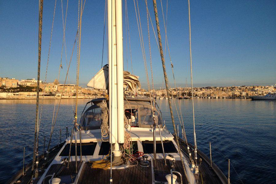Парусная яхта в море