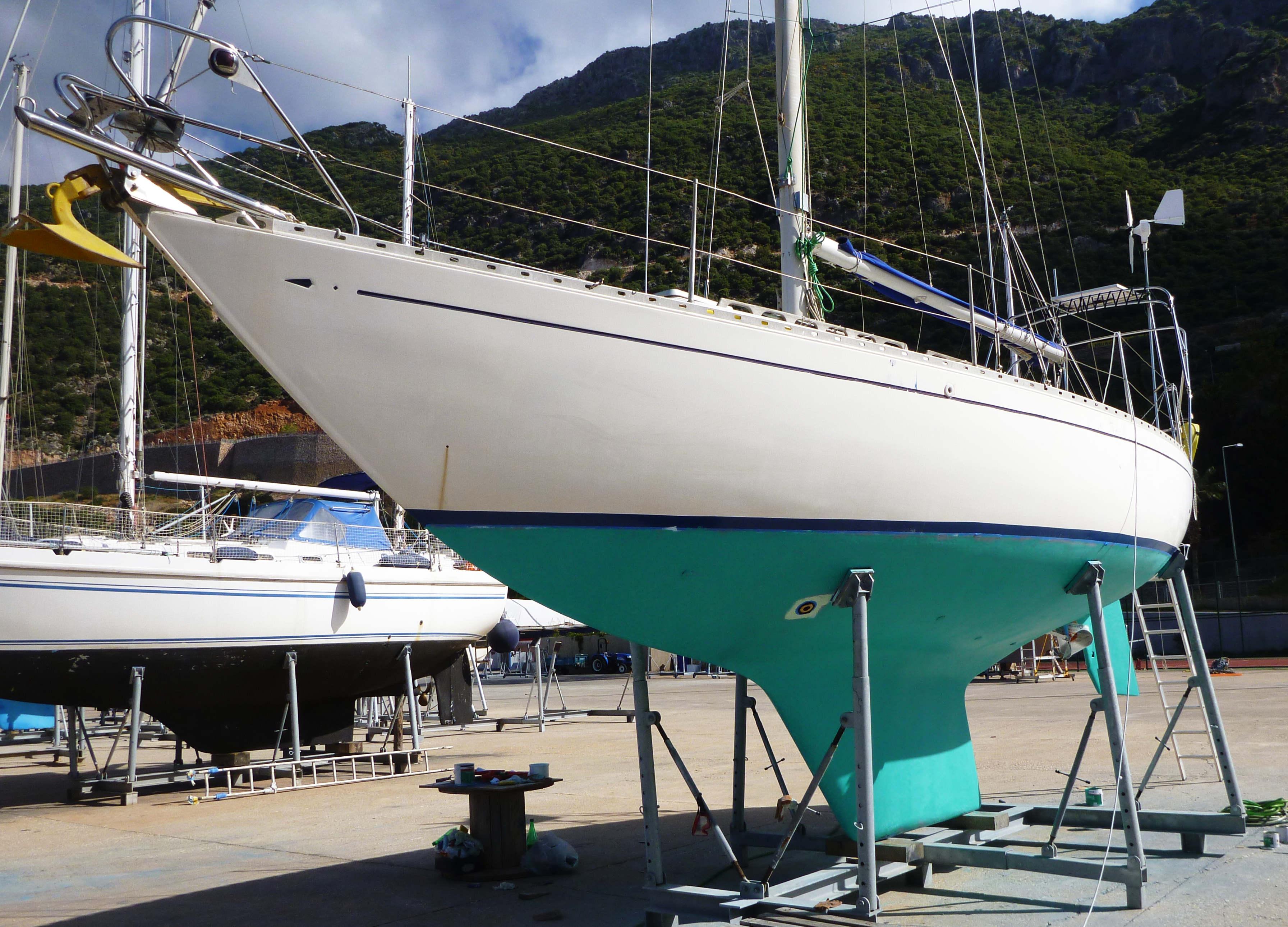 яхта бу, поднятая на зиму